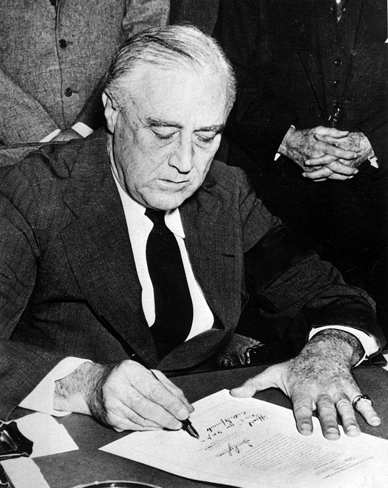 1941年12月8日,羅斯福總統簽署命令,宣布參戰。(國家檔案庫)