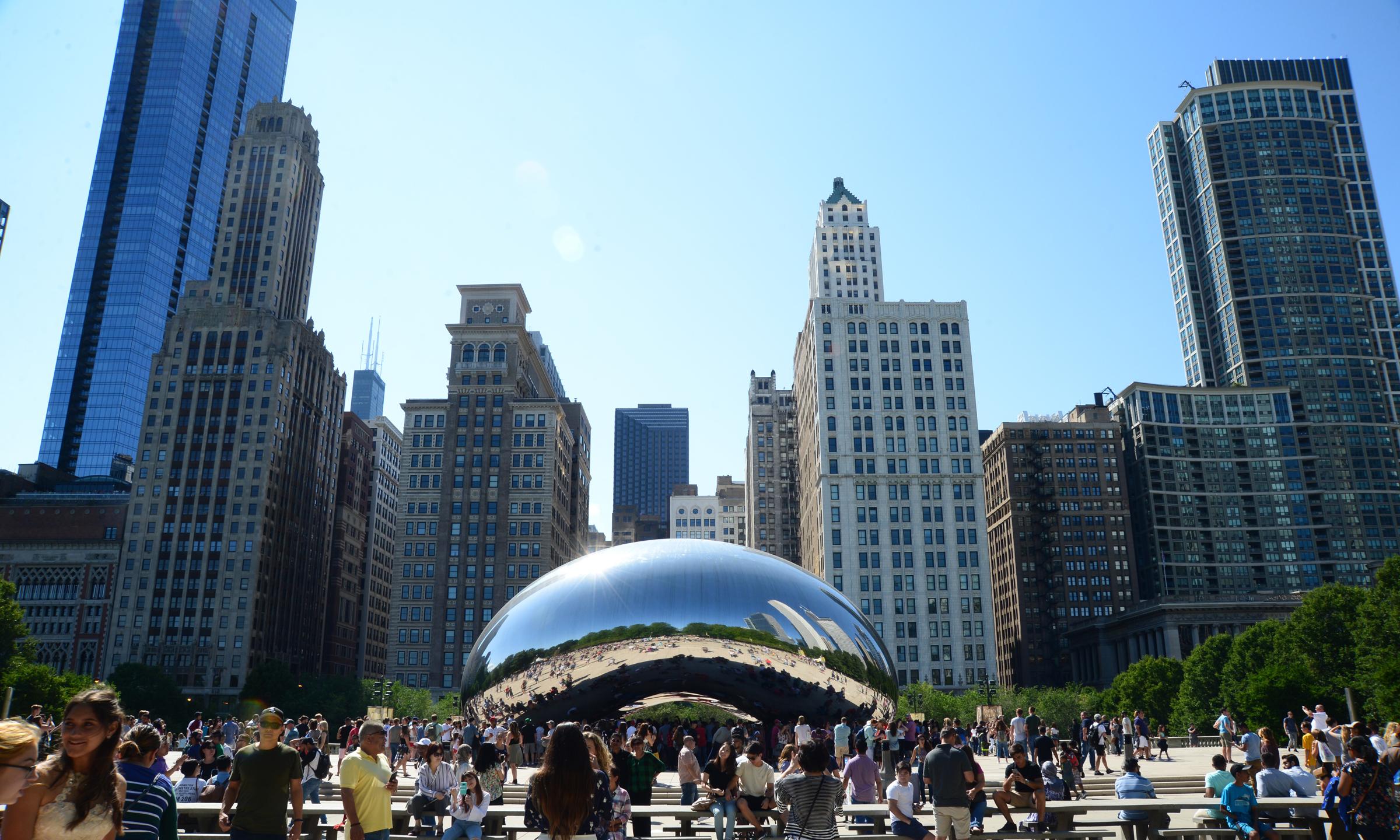 芝加哥千禧公園 (Millennium Park)內的 著名雕塑 「雲門」(Cloud Gate),四周為建築群包圍。(許振輝/攝影)