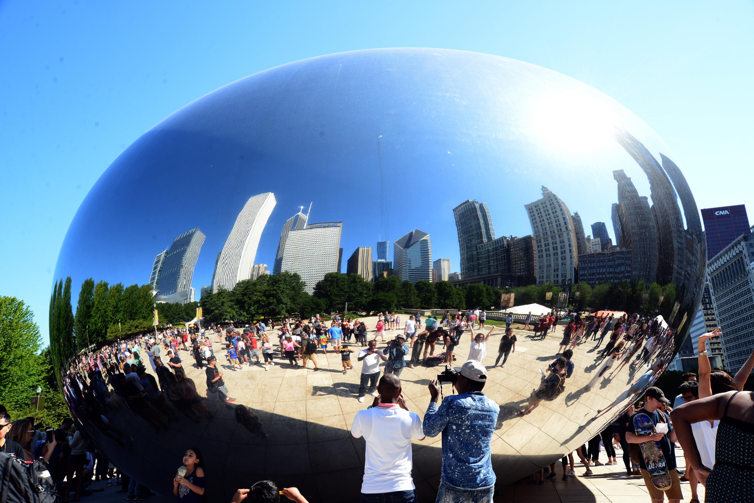 芝加哥千禧公園 (Millennium Park)內的 著名雕塑 「雲門」(Cloud Gate),濃縮了市中心的建築風貌。(許振輝/攝影)