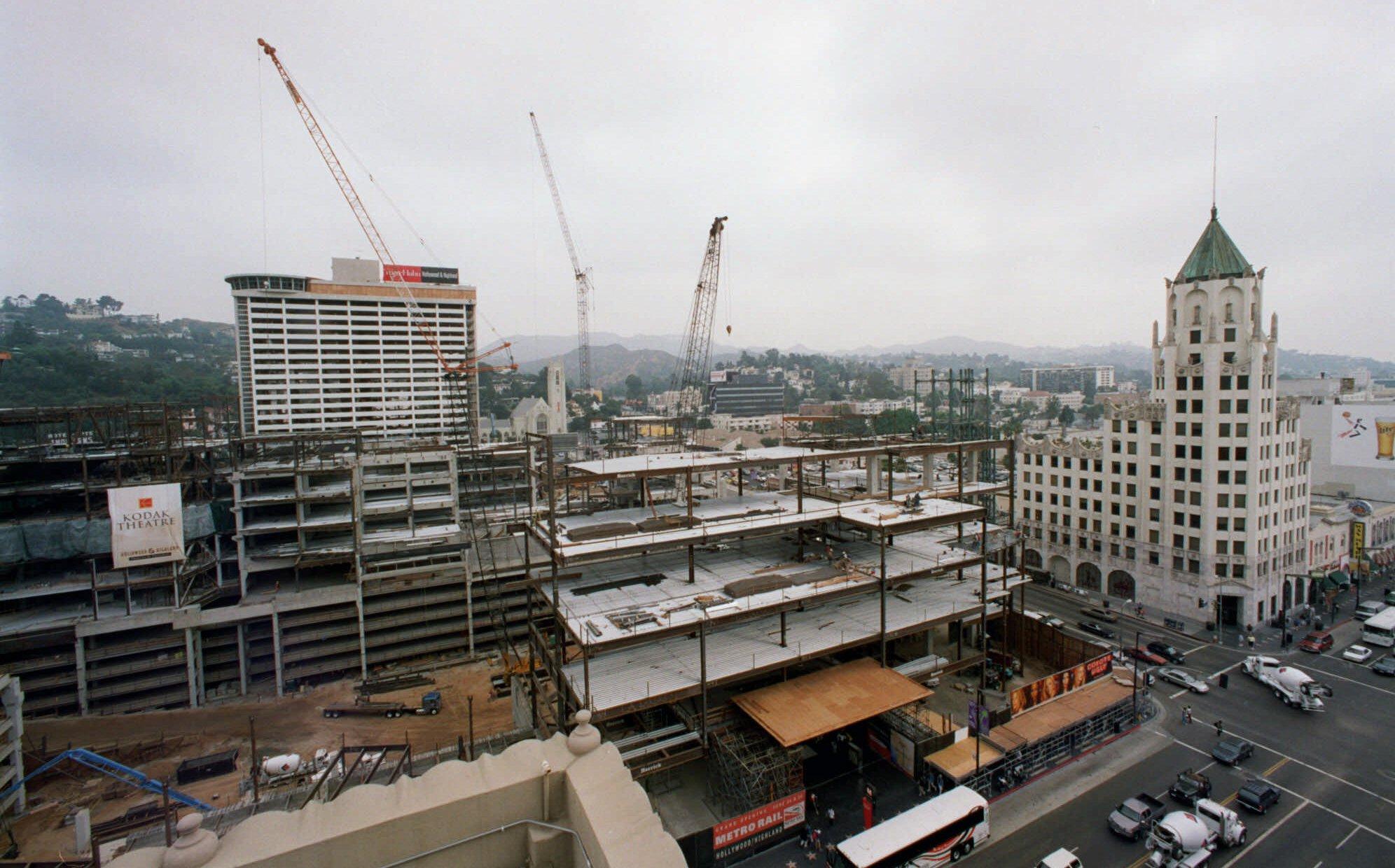 2000年7月12日,柯達劇院(Kodak Theatre)仍在興建中。(美聯社)