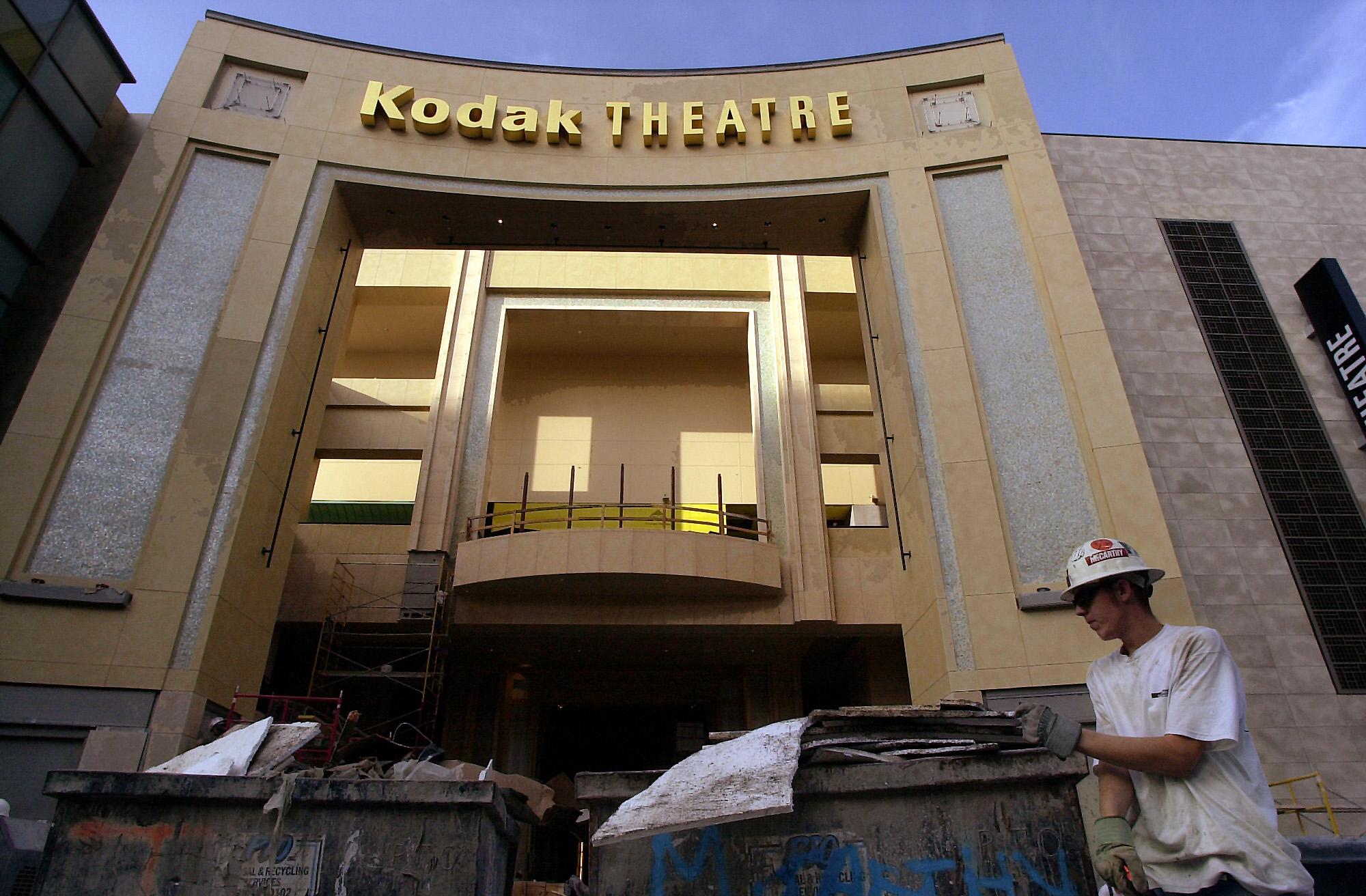 2001年10月24日,建築工人正為即將啟用的柯達劇院做最後整理。(美聯社)