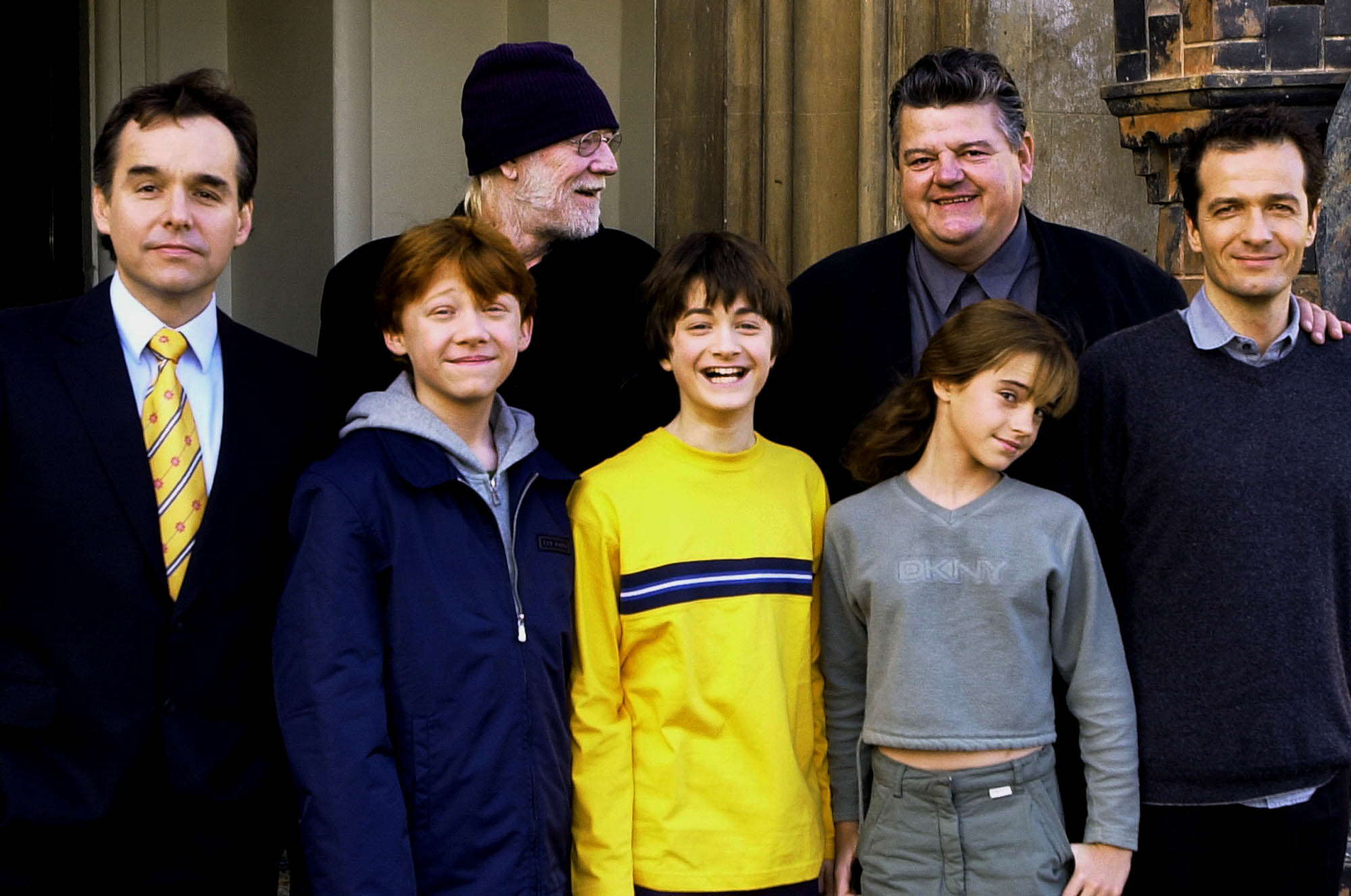 2001年11月6日,哈利波特電影劇組齊聚英國合影。前排為主要演員,分別扮演榮恩(左,由Rupert Grint飾演)、哈利波特(中,由Daniel Radcliffe飾演)、妙麗(右,由Emma Watson飾演)。(美聯社)
