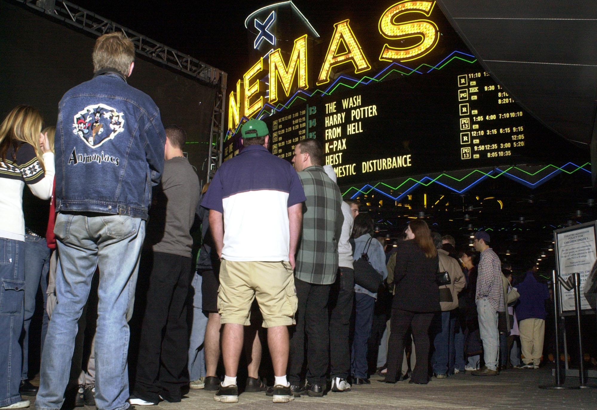 2001年11月15日,哈利波特書迷們在洛杉磯戲院外排隊等看電影首映。(美聯社)