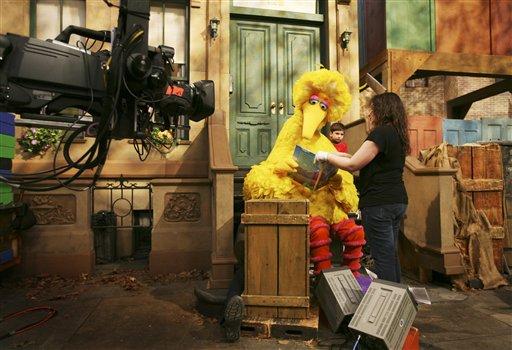 「芝麻街」拍攝現場,Big Bird拿著書本準備唸書給小孩聽。美聯社檔案照