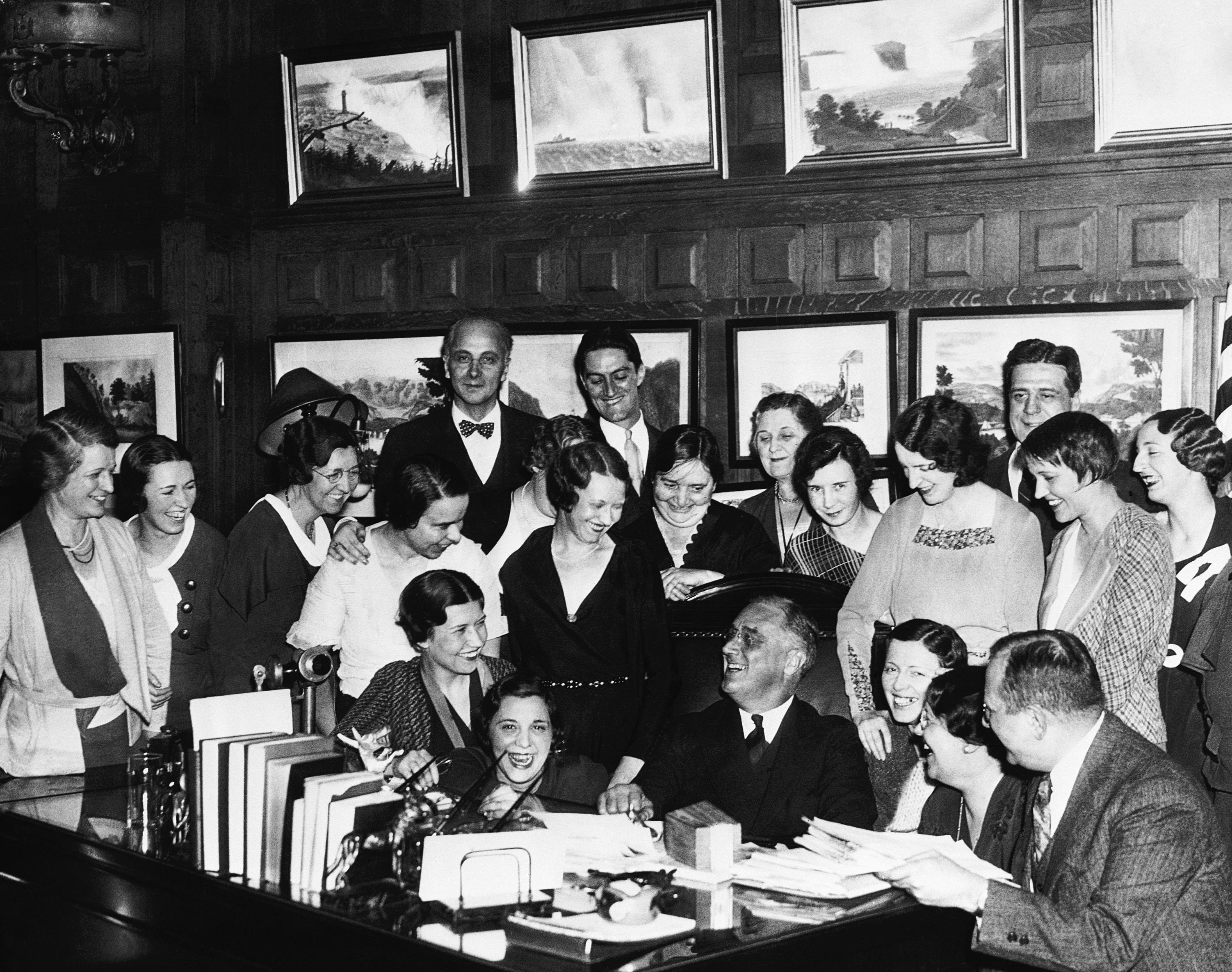1932年11月18日,紐約州州長羅斯福(Franklin Delano Roosevelt),以壓倒性的高票當選總統後,他回到紐約州州府奧爾巴尼市,與州府員工歡聚。羅斯福在大選中贏得57%選票,並拿下除6個州以外的其他所有州,贏得472張選舉人票,較胡佛的59張多。1933年3月上任後,推展新政,連任四屆,成為最受美國民眾愛戴的總統。(美聯社)