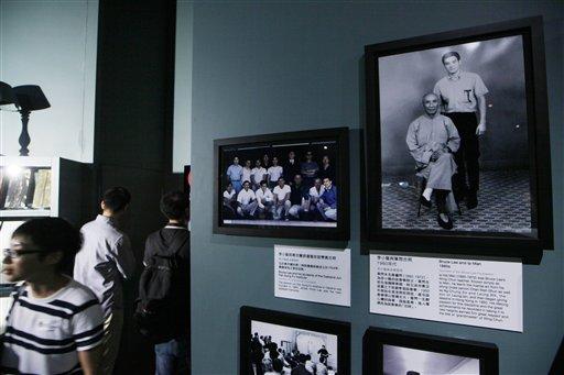 香港李小龍展中,許多影迷、武術迷到場懷念永遠的武術巨星。(美聯社)