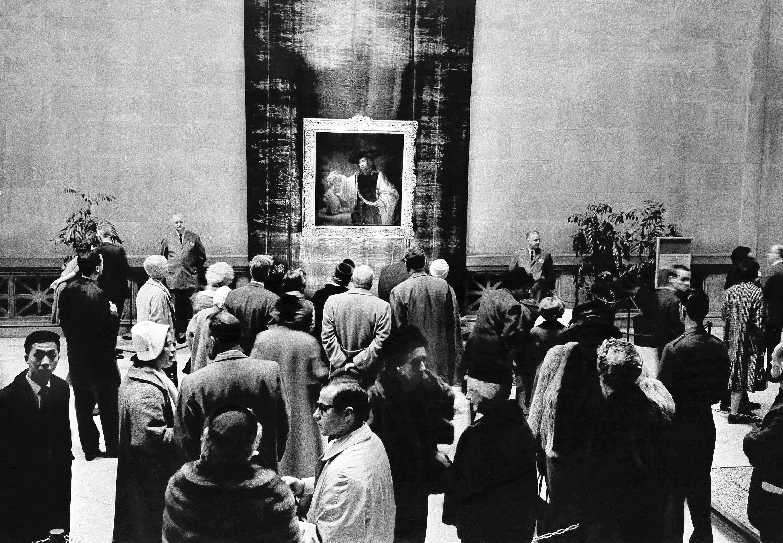 1961年11月18日,荷蘭畫家林布蘭特於1659創作的名畫「注視著荷馬的亞里斯多德」(Aristotle Contemplating the Bust of Home) 首次在紐約大都會博物館展出。當時這幅畫的價值為230萬美元,是當時拍賣最高價的畫作。(美聯社)