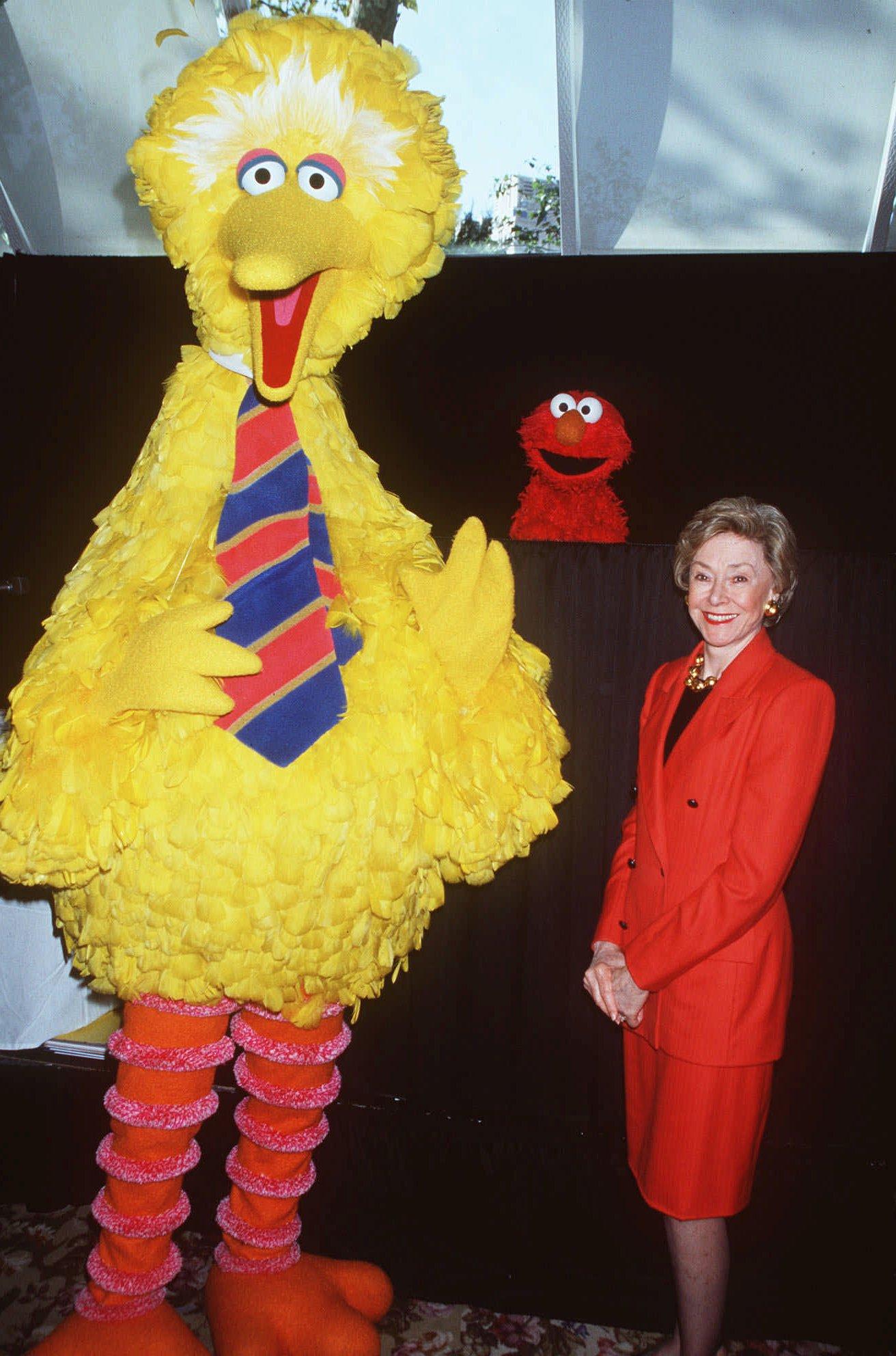 「芝麻街」的製片人Joan Ganz Cooney(右)與Elmo(中)和Big Bird(左)。美聯社