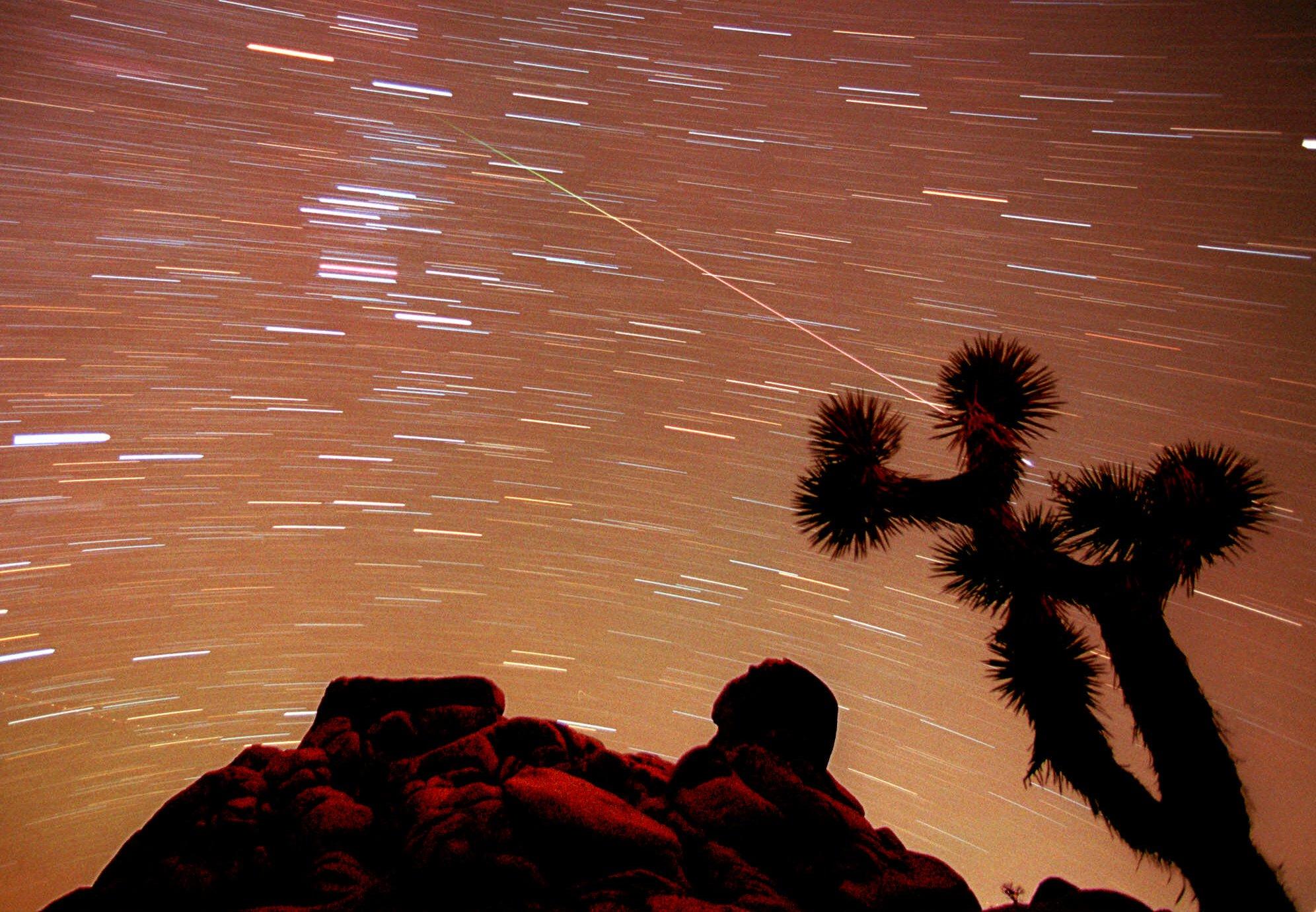 1998年11月17日,南加州的莫哈維沙漠(Mojave Desert)出現流星雨,圖為30分鐘的定時曝光照。(美聯社)