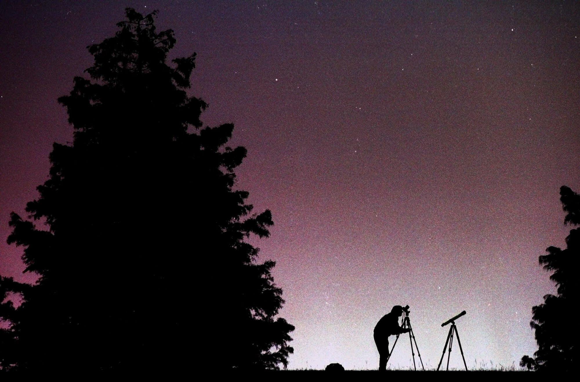 1999年11月18日,攝影師賽勒斯(Jay Sailors)正於阿拉巴馬州蒙特哥利市(Montgomery)捕捉獅子座流星雨。(美聯社)