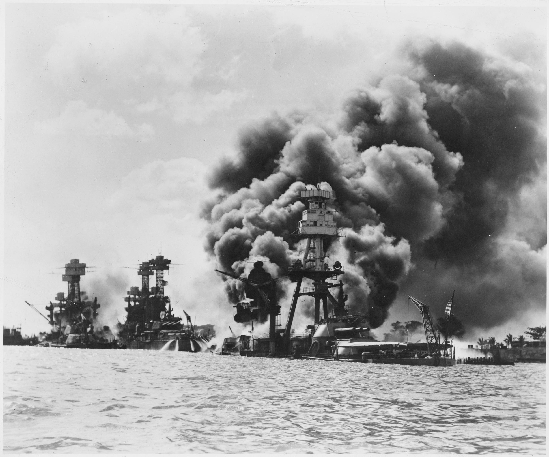 於珍珠港事件中受創的三艘戰艦,由左至右為西維吉尼亞號戰艦(重創)、田納西號戰艦(微創)、亞利桑那號戰艦(被擊中彈藥庫引發爆炸,後沉沒)。(WikiCommons)