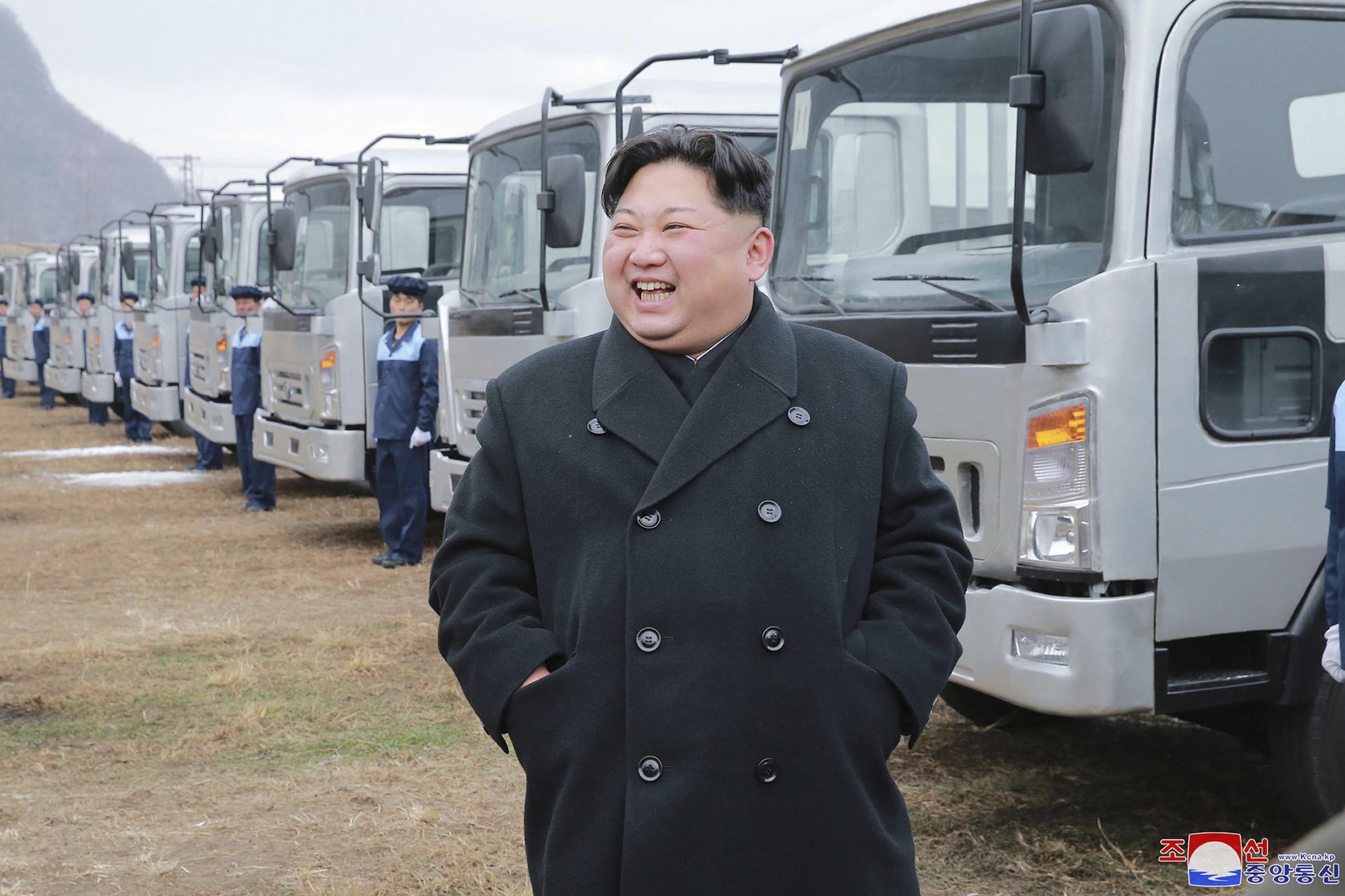 北韓朝中社21日發布領導人金正恩去平安南道視察勝利汽車集團的照片。美聯社