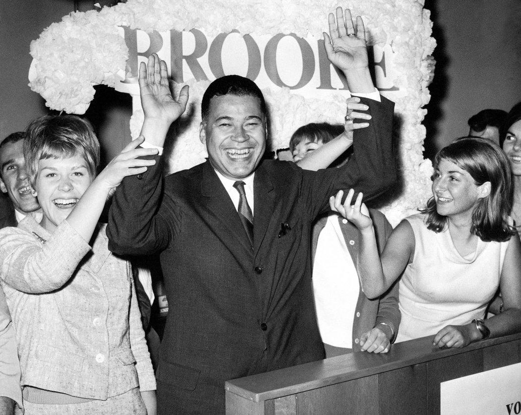 1966年11月7日美國選出第一位非裔參議員,他是共和黨的愛德華‧布魯克(Edward Brooke),當選麻州參議員,當年他48歲。圖/取自網路