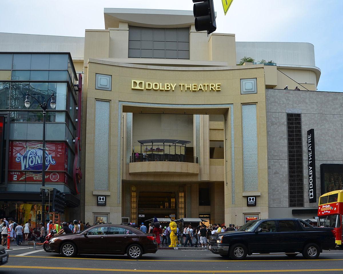 2012年5月1日,美國杜比實驗室得到20年的冠名合約,劇院正式改名為「杜比劇院(Dolby Theatre)」。(杜比劇院官網)