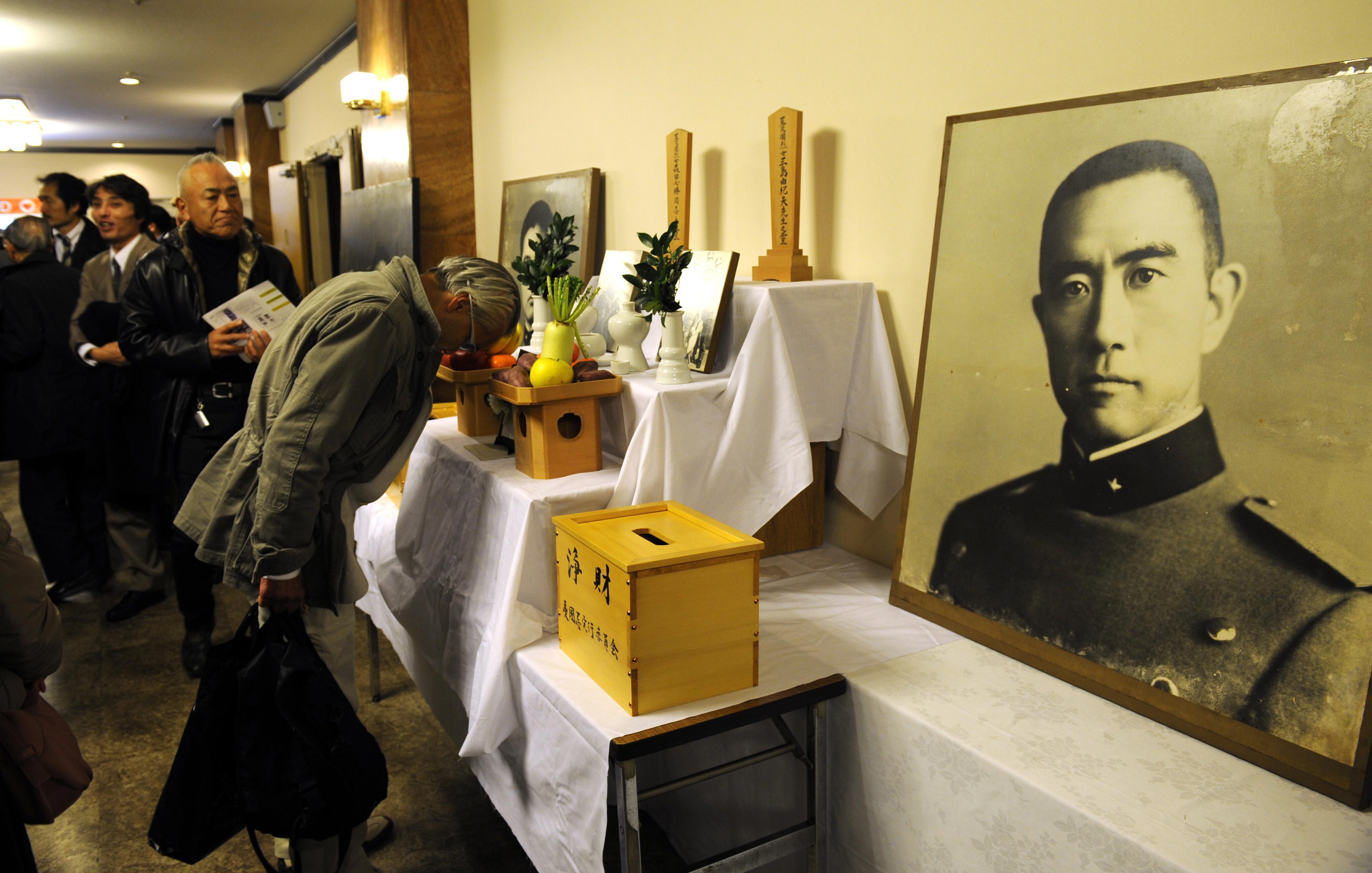 許多支持者到三島由紀夫的告別式現場致哀。(Getty Images)
