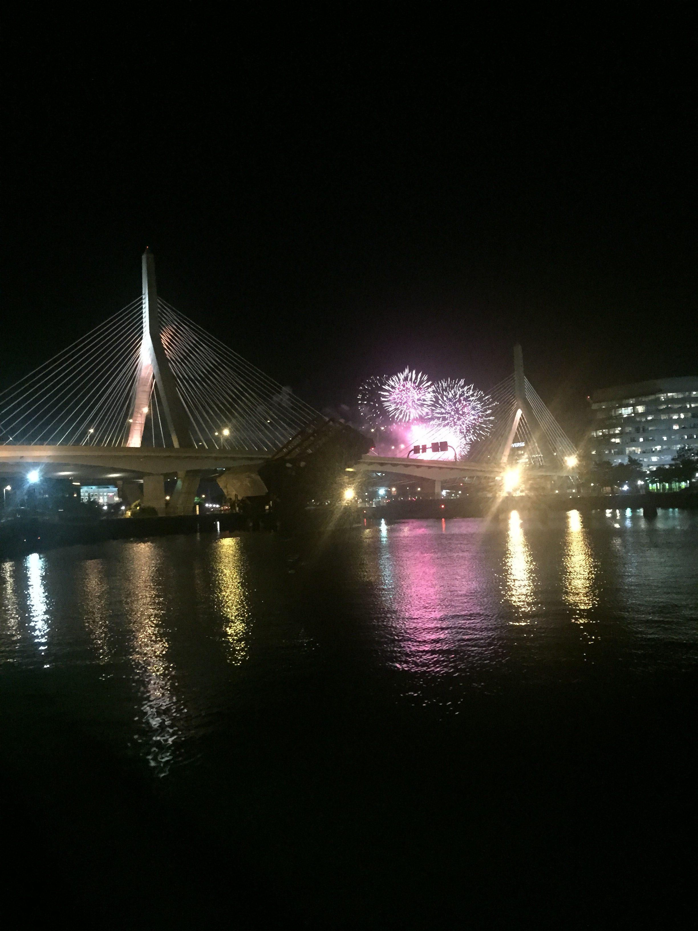 國慶煙火在波士頓地標Tobin Bridge。(水仙提供)