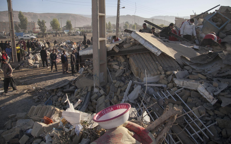 伊拉克和伊朗邊境地區發生規模7.3強震,居民從瓦礫堆旁走過。Getty Images