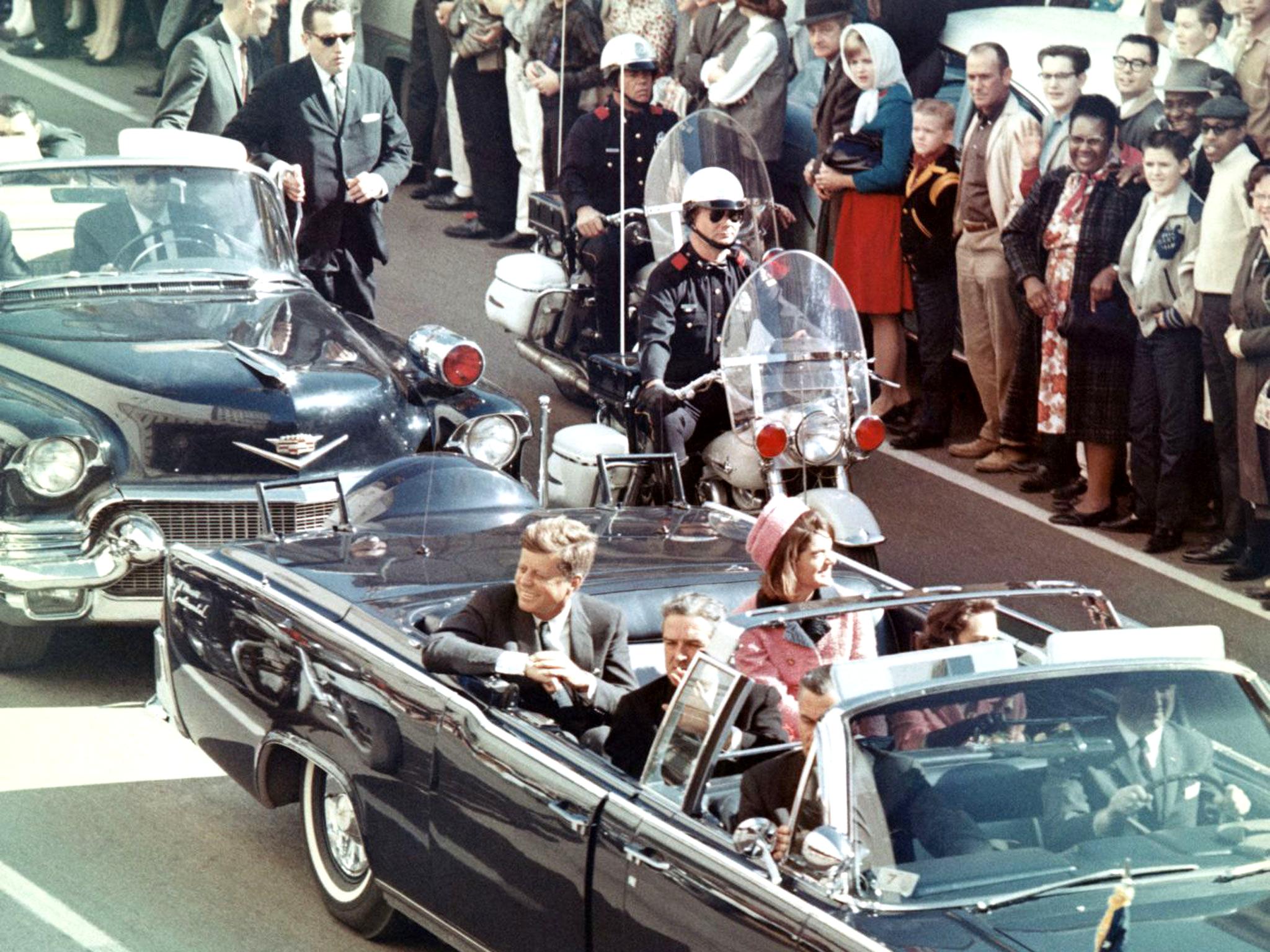 甘迺迪總統被暗殺的前幾分鐘,甘迺迪總統與總統夫人賈姬·甘迺迪,以及德克薩斯州州長約翰·康納利坐在總統車內。圖/維基百科