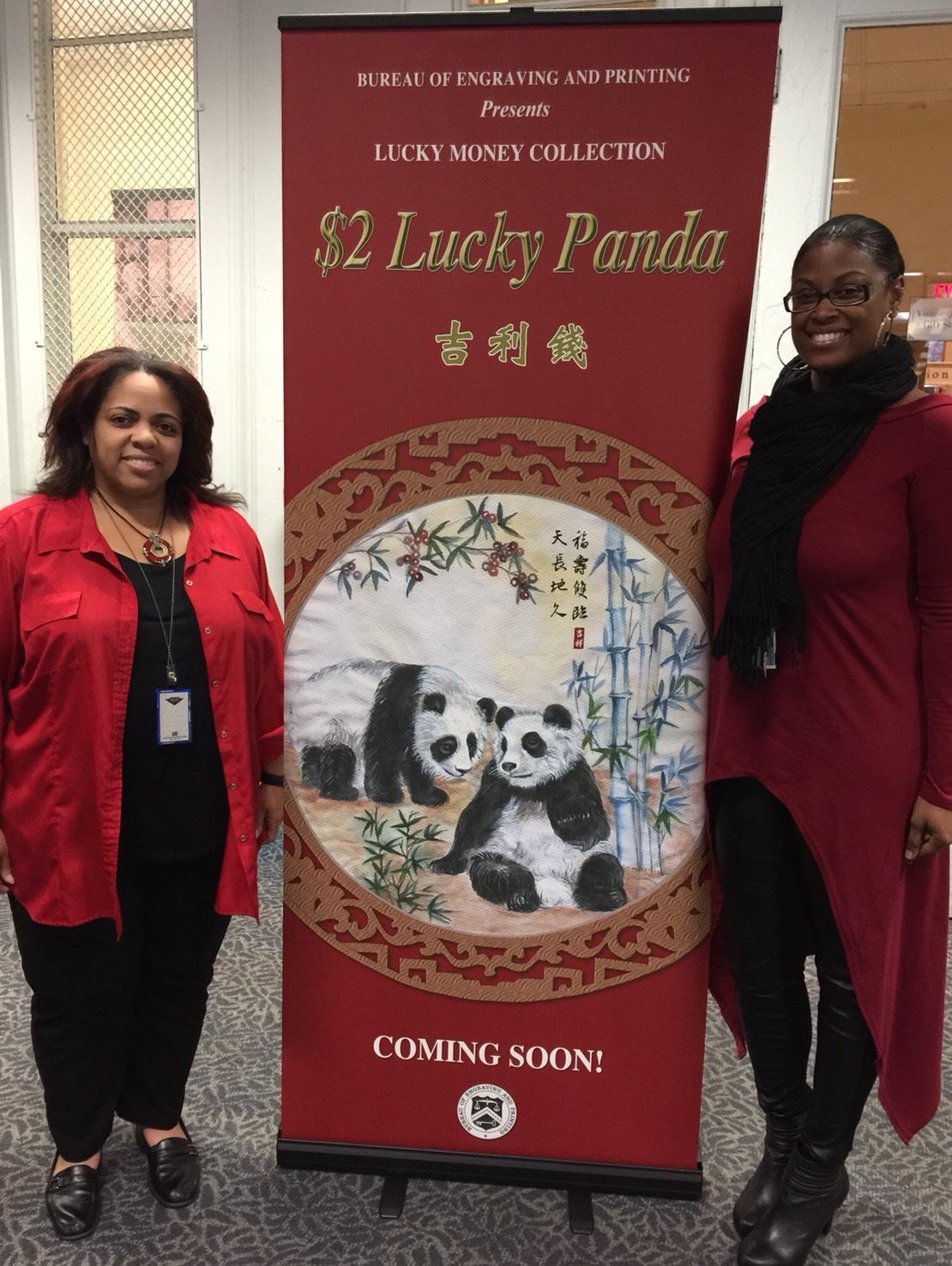 印鈔局職員人人一身紅,展示即將問世的熊貓吉利錢。(特派員許惠敏/攝影)