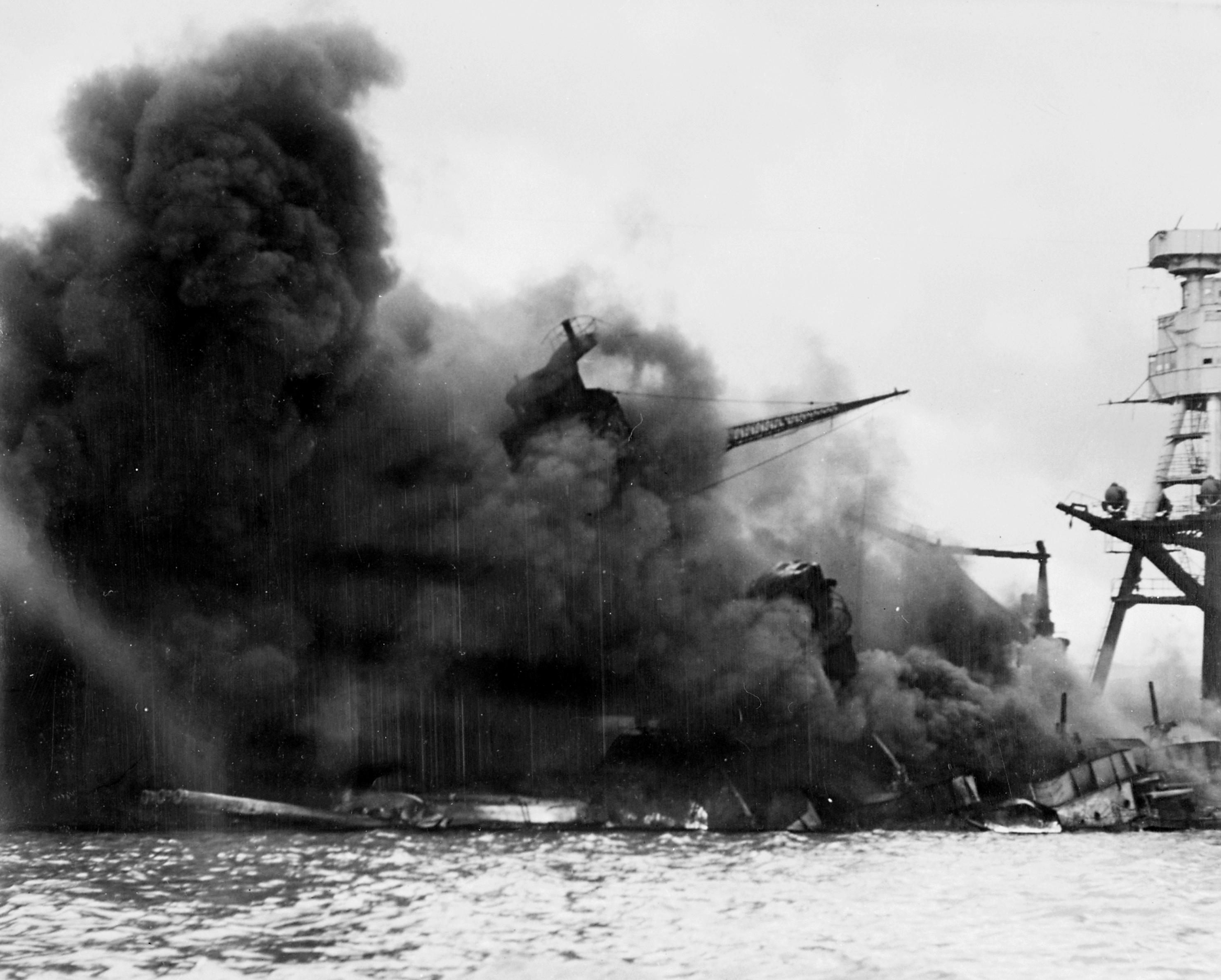 1941年12月7日,正值二次世界大戰,日本派出航空母艦、上百架戰機突襲美國位於夏威夷的海軍基地:珍珠港。圖為美軍戰鬥艦亞利桑納號中彈燃燒的景象。(WikiCommons)