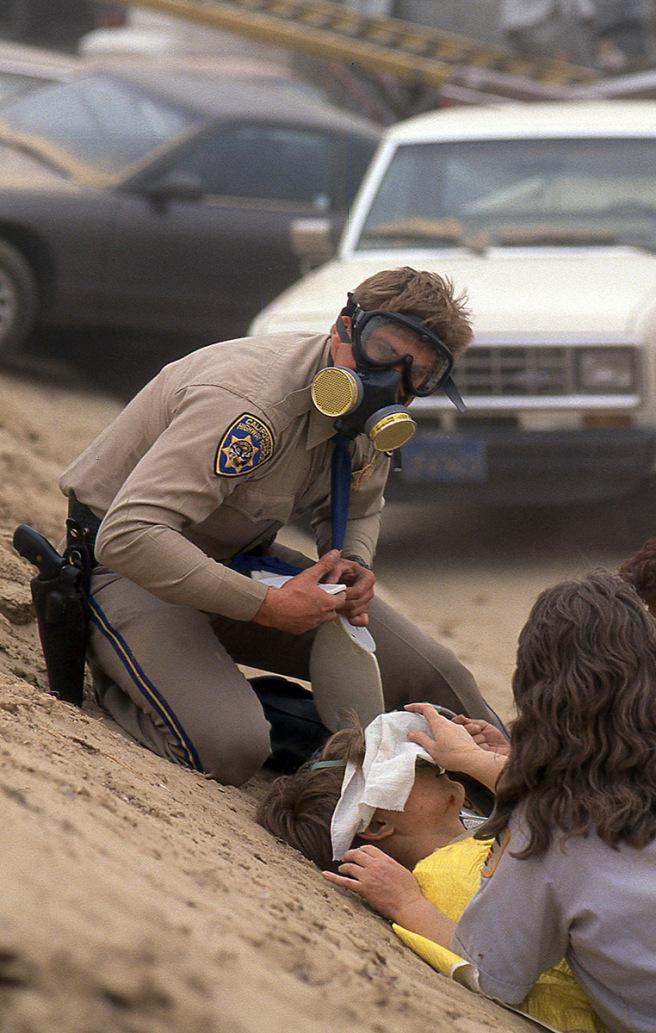 救護人員帶著面罩救治傷患。圖/取自網路