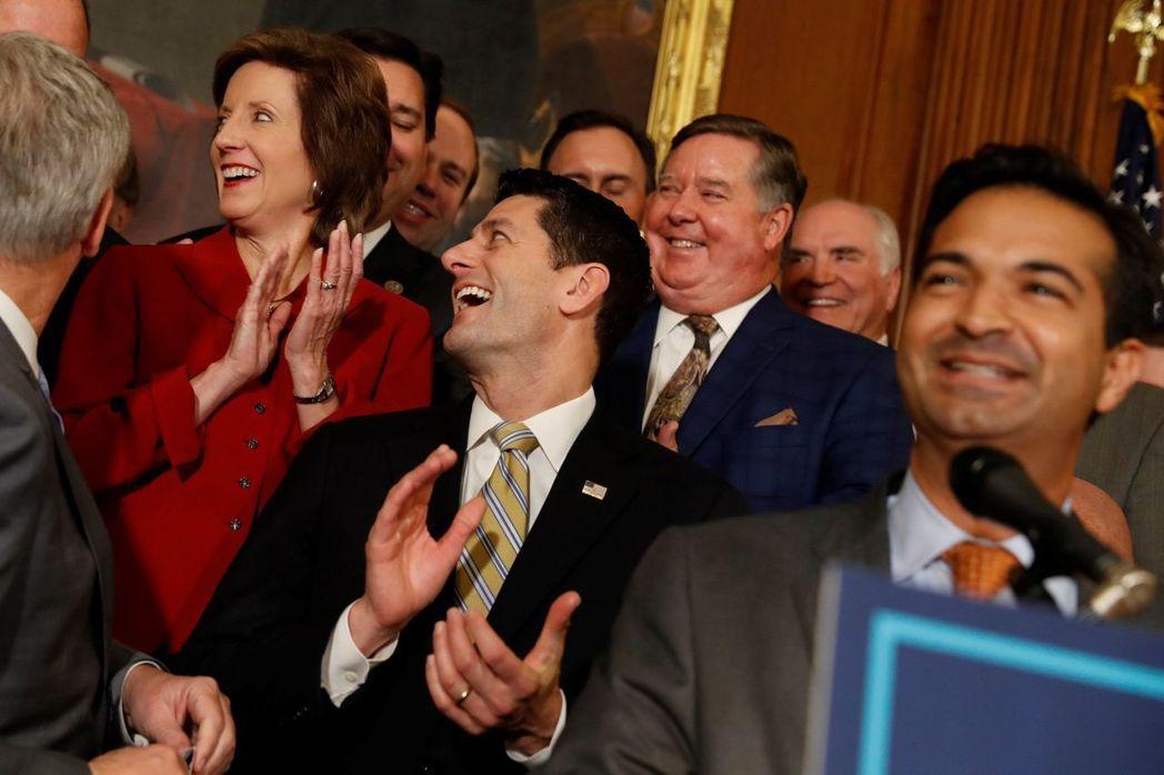 美眾院議長萊恩與共和黨聯邦眾議員慶祝通過《減稅與就業法案》。(路透)