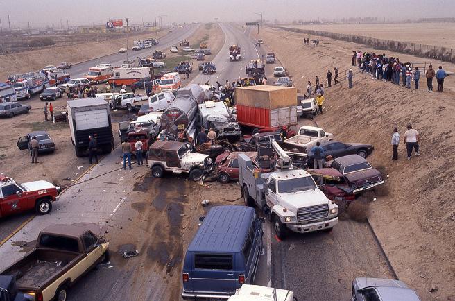 嚴重的沙塵暴當時造成百輛汽車撞成一團,造成17死,一百多人受傷的重大車禍。圖/取自網路
