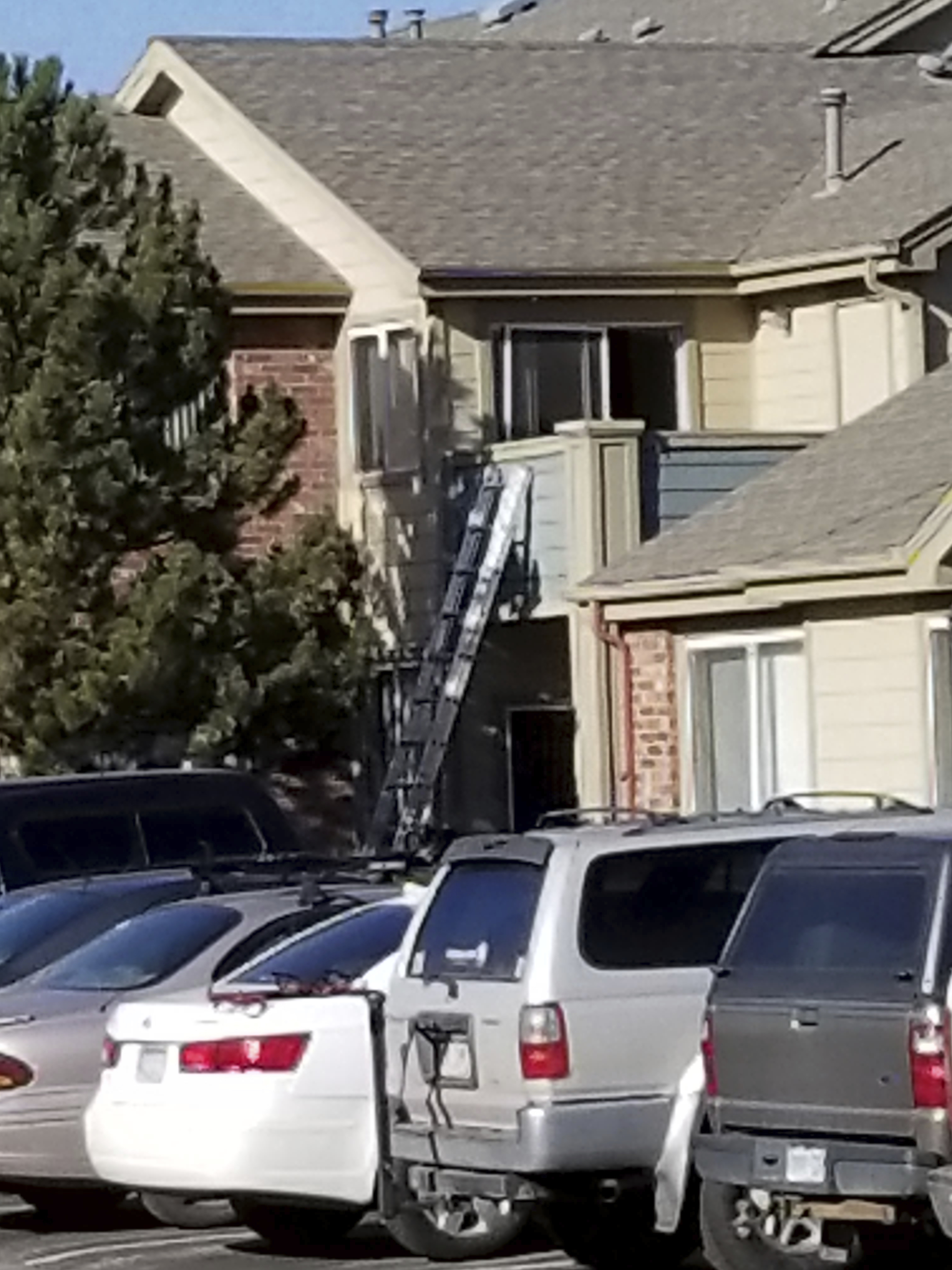 丹佛警方正在調查發生槍案公寓二樓。(美聯社)