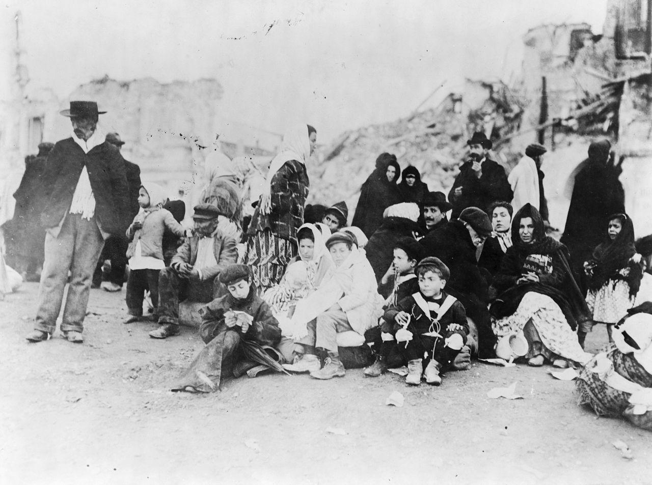 1909年所攝之強震倖存者。(WikiCommons)