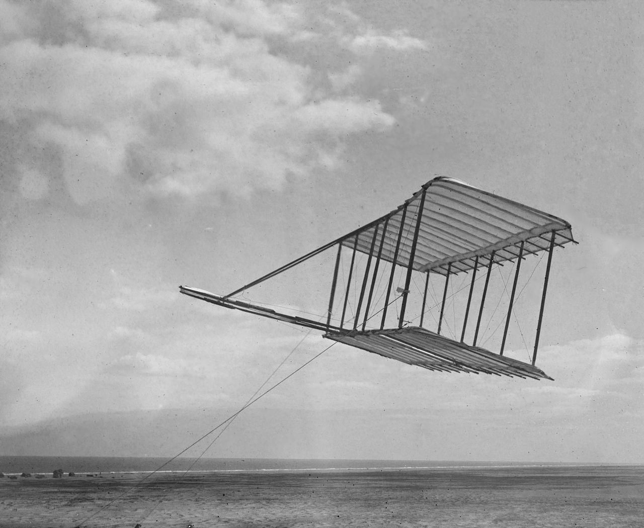 萊特兄弟1900年時的滑翔機。他們當時沒有留下飛行員駕駛著滑翔機飛翔的照片。(國會圖書館)