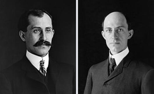 為人類實現飛行夢的萊特兄弟:奧維爾(左)和威爾伯(右)。(WikiCommons)
