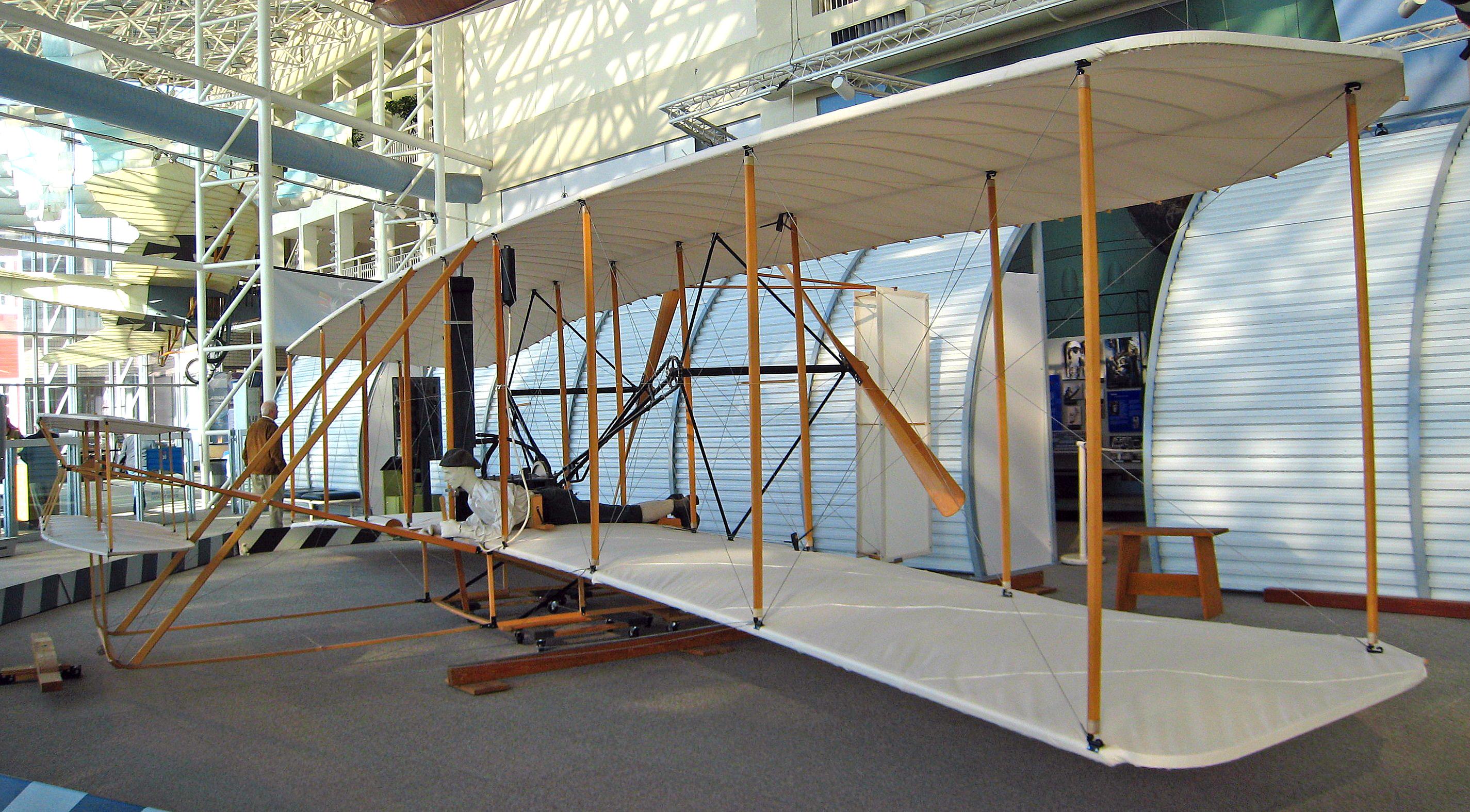 萊特兄弟飛行者一號的現代複製品。(WikiCommons)