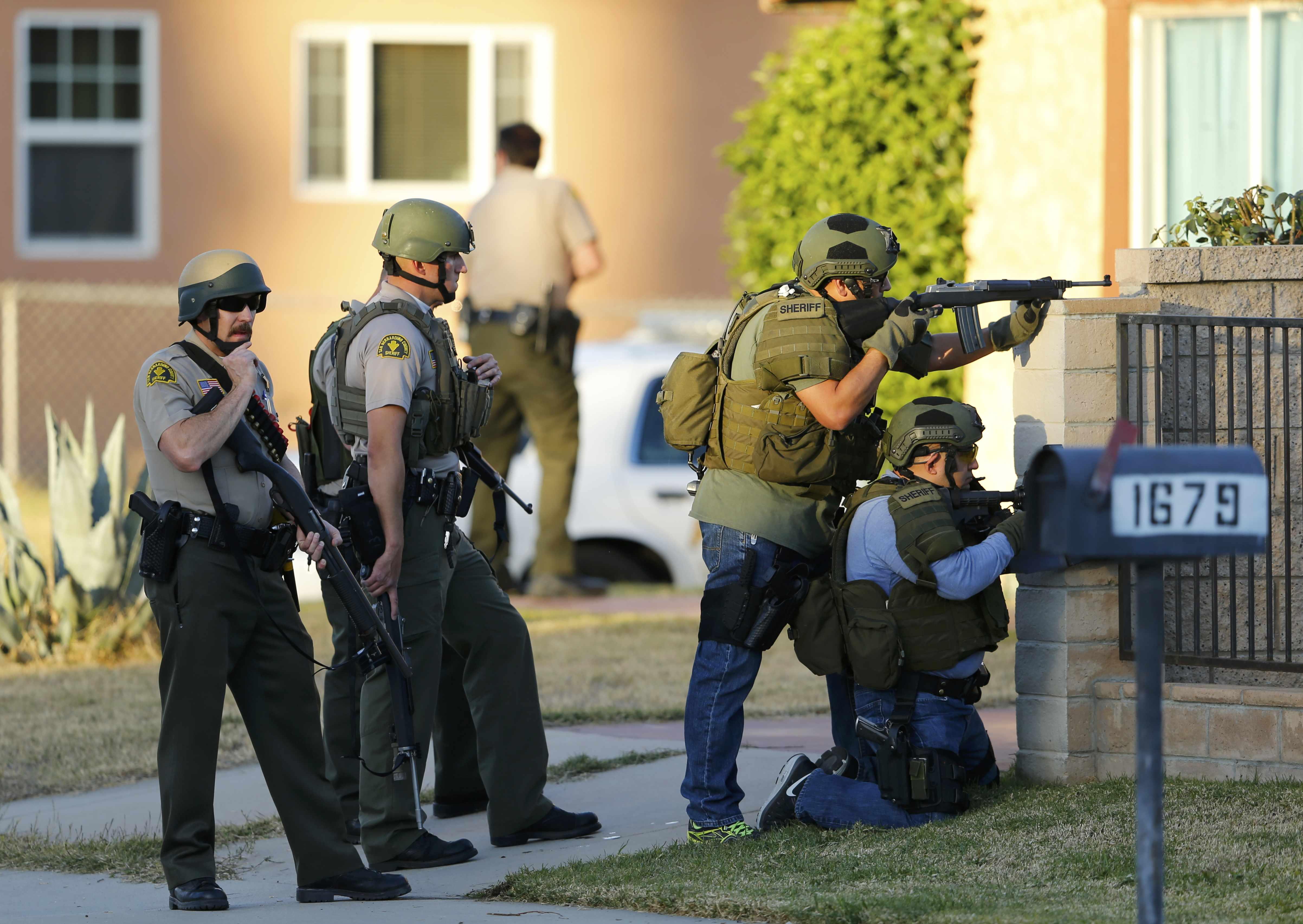加州聖伯納汀發生槍案,警方趕到現場追查。(路透)