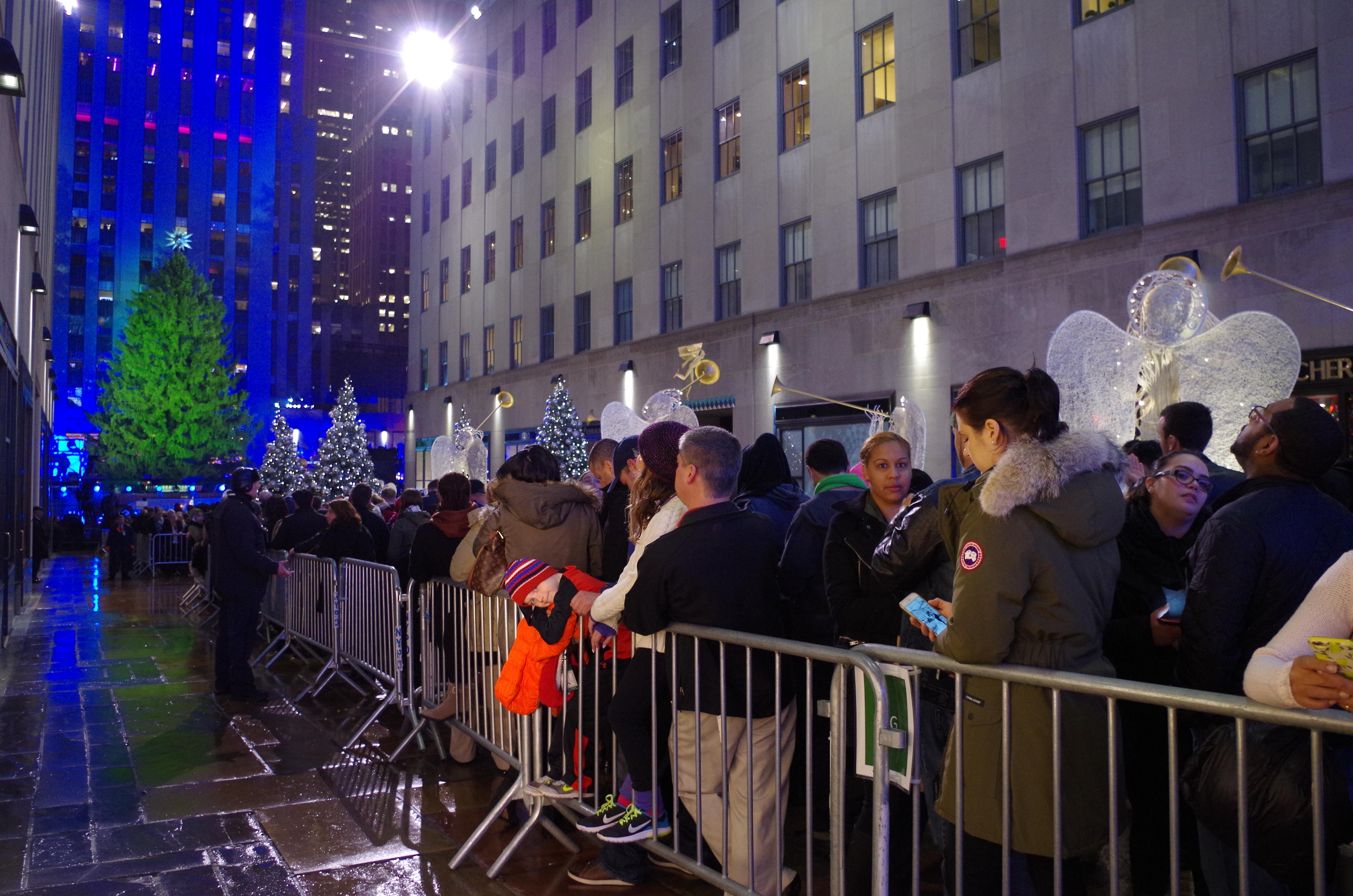 紐約洛克斐勒中心聖誕節點燈,小雨澆不熄民眾的熱情。(記者金春香/攝影)