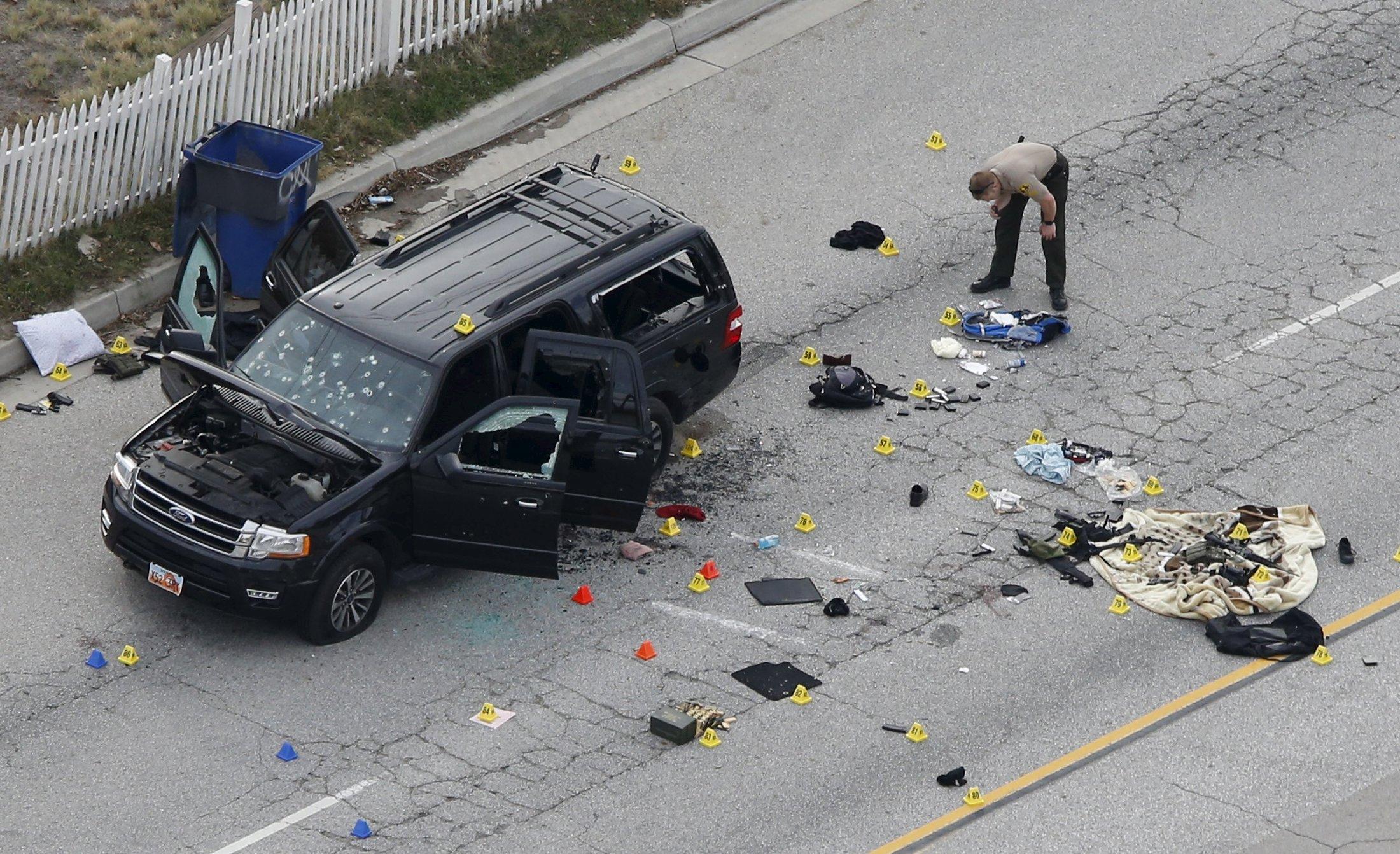 加州聖伯納汀諾殘障社福中心槍案,槍手法魯克的車輛被警方擊中多處,車窗破損,並搜出 槍枝。 (路透)