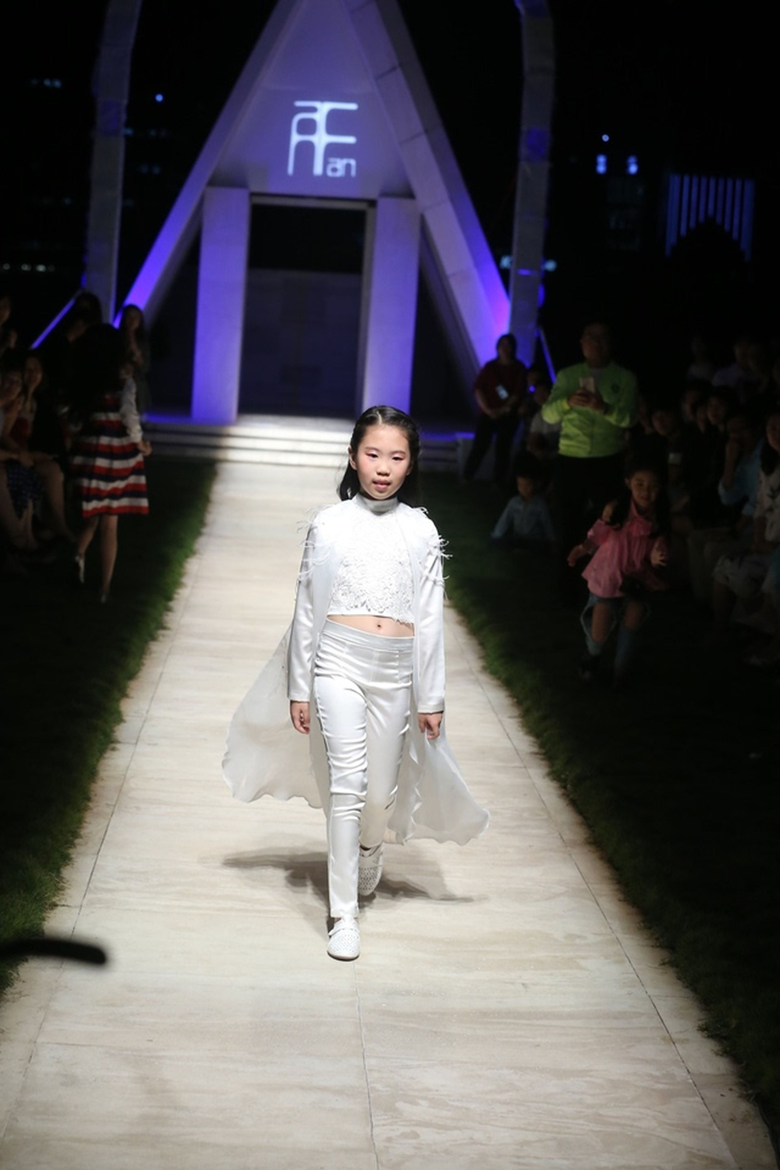 徐亦凡為自己的服裝走秀。(取材自微博)