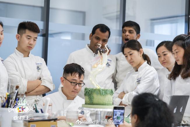 周毅在翻糖課堂指導學生。(取材自微博)