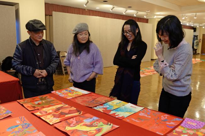 評審挑出得獎作品,左一為蔡爾平、左三是林怡伶、左四為何思瑋。(記者朱澤人/攝影)
