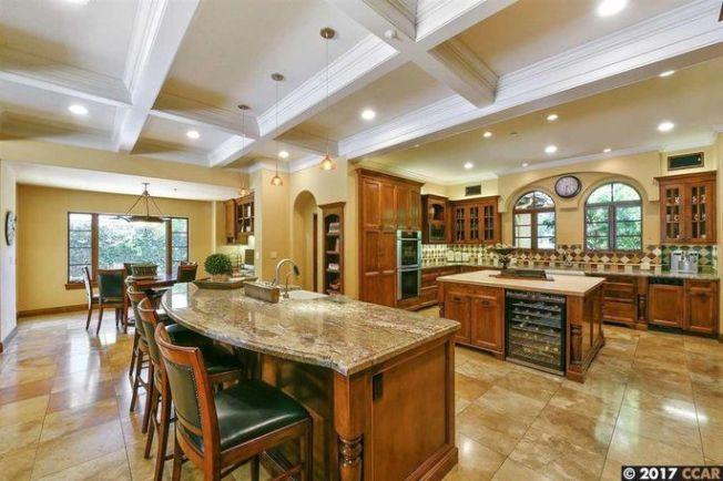 這棟開放式住宅有餐檯的廚房、能通往門廊的餐廳和典雅的客廳。(Realtor.com)