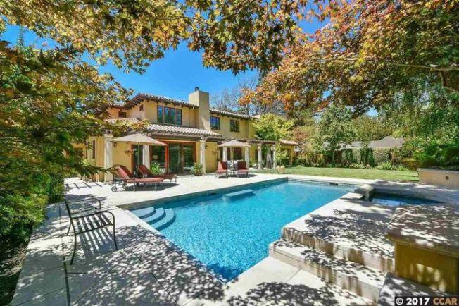 房外則有富有度假休閒風格的游泳池、水療池、修剪過的草坪和公園。(Realtor.com)