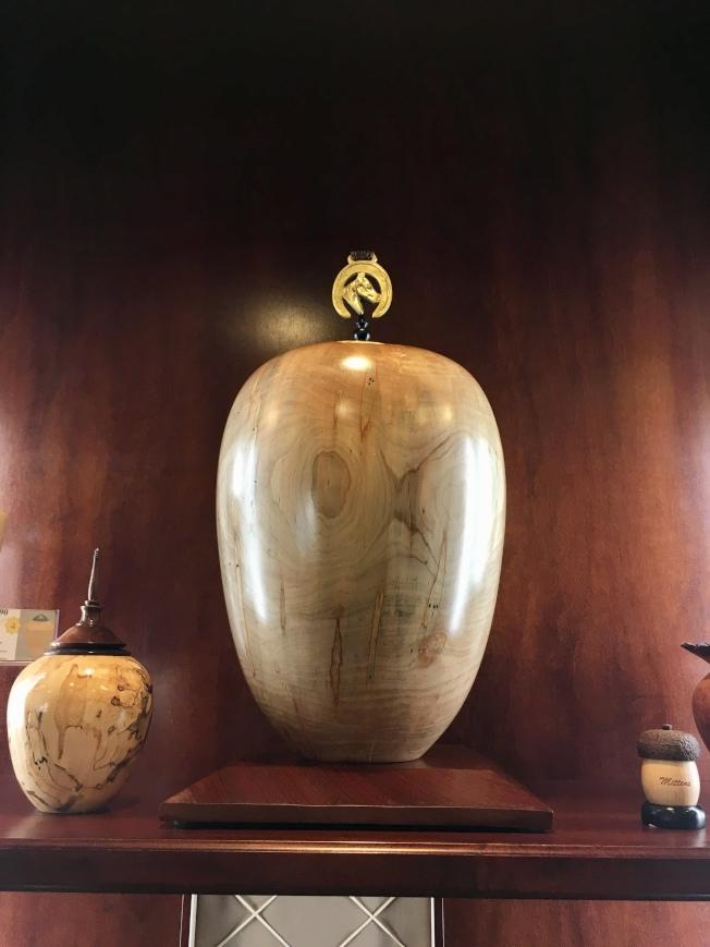 售價3000元的木質精緻花瓶骨灰甕。