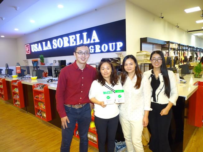大夏普斯堂購物中心的La Sorella百貨公司負責人朱愛華(左二)_應該是休士頓第一個使用微信支付的商家。