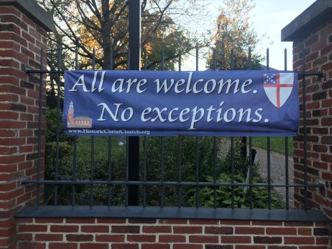 亞歷山卓基督教堂掛出「歡迎任何人」的橫幅。