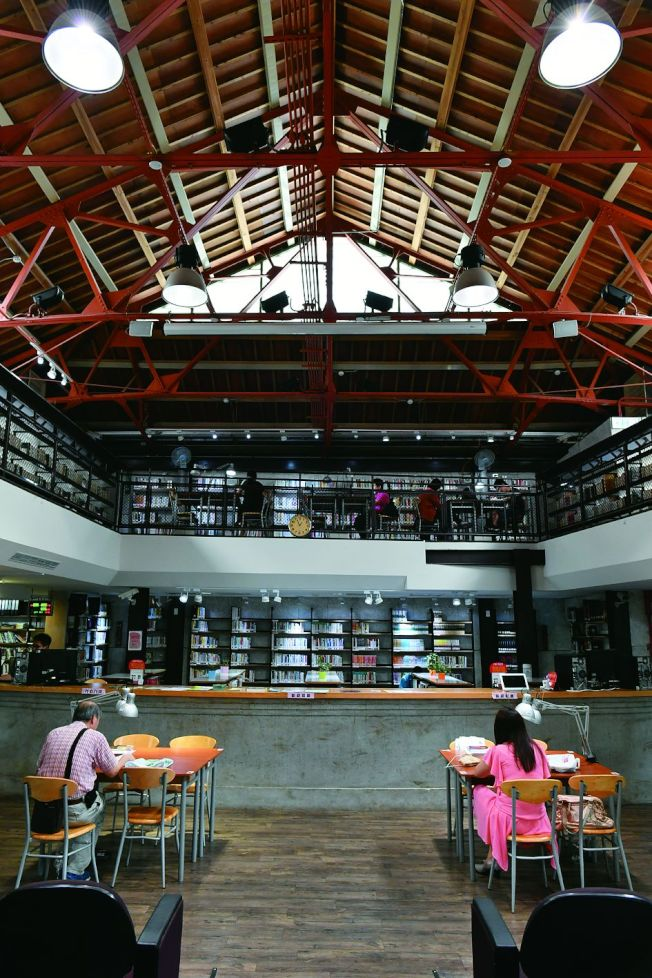 龍岡圖書館成為桃園綠建築的新典範。(取材自天下雜誌專書《瞬遊機捷》)
