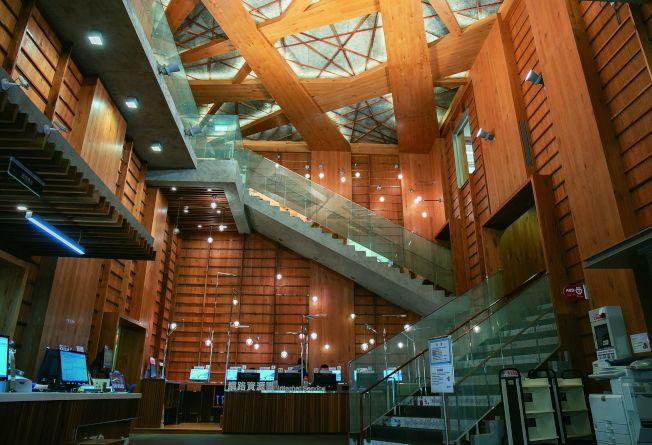 龍岡圖書館大量採用木元素,搭配金屬、玻璃等材質。(取材自天下雜誌專書《瞬遊機捷》)