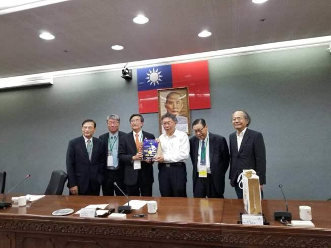 北美華人會計師協會主席林清吉(左三)贈送禮物給台北市長柯文哲(右三)。(林清吉提供)