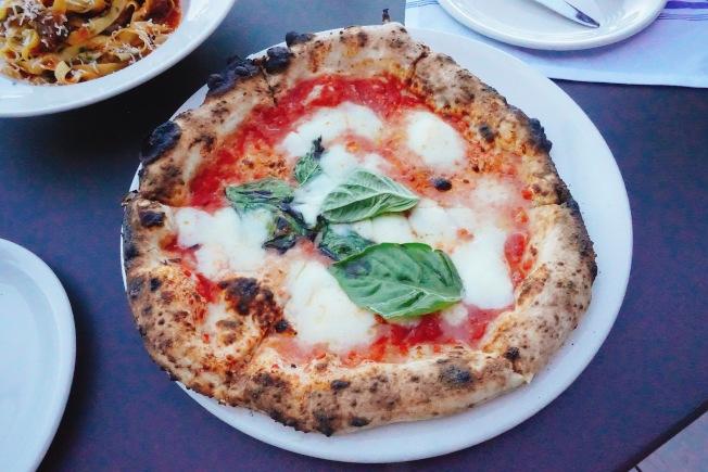LA PIZZA & LA PASTA的招牌窯烤披薩($16)。(記者莊婷/攝影)