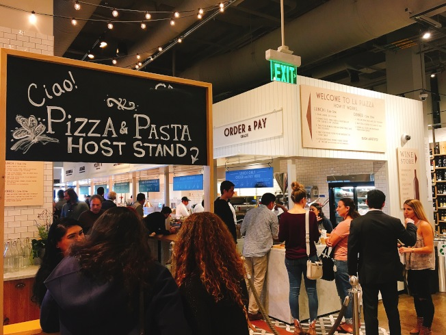 Eataly超市內的LA PIZZA & LA PASTA餐廳,不管什麼時間點去,總是聚集滿滿人潮,想要吃上道地的披薩或是義大利麵,必須得先排隊,或是打電話預約。(記者莊婷/攝影)