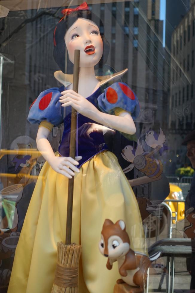 薩克斯第五大道百貨公司白雪公主與七個小矮人櫥窗秀。(記者金春香/攝影)