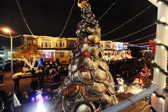 馬州巴爾的摩34街奇蹟燈展,街道兩邊都是聖誕裝束。(推特)